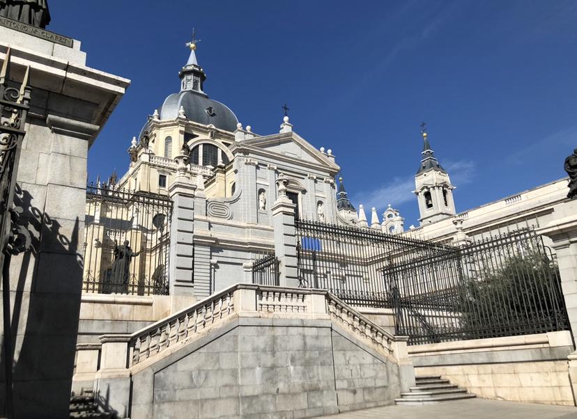 Il City Pass è una smart card che ti offre pacchetti di attività su misura con i quali puoi risparmiare fino al 40%. Devi solo scegliere le attrazioni che ti interessano incorporare nel tuo pass e goderti la tua visita a Madrid. Ti offriamo una vasta gamma di oltre 20 attrazioni tra cui scegliere, come Madrid City Tour, tour, musei e divertimenti.