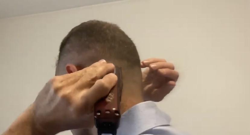 """Come tagliarsi i capelli da soli durante un viaggio """"estremo"""" o durante l'isolamento quarantena ? Tagliarsi i capelli da soli, se non si è parrucchieri, può scoraggiare. Devo stare on the road molti giorni e non è detto che io possa trovare un barbiere. Come fare?"""