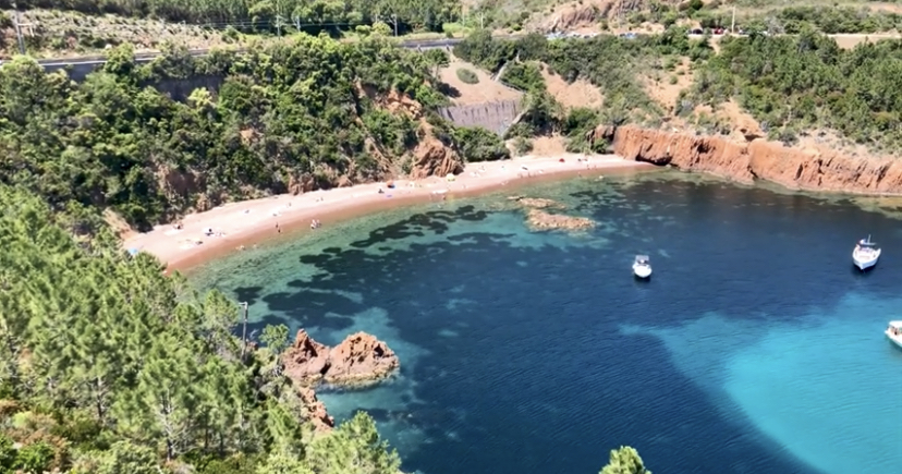 Le spiaggia dell'Aiguille /Théoule-sur-Mer tra le rocce rosse dell'Esterel  La città è situata nelle Alpi Marittime, al confine con il dipartimento di Var e si estende su 13 km di costa. Questo piccolo angolo di Costa Azzurra gode di un clima mite tutto l'mite e soleggiato, dove tutti possono trovare la felicità.