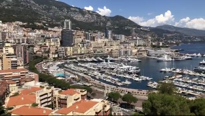 Monaco è una piccola città-stato sulla costa mediterranea della Francia nota per i casinò di alta classe, i porti colmi di yacht e il prestigioso Gran Premio automobilistico, che una volta all'anno attraversa le strade della città.
