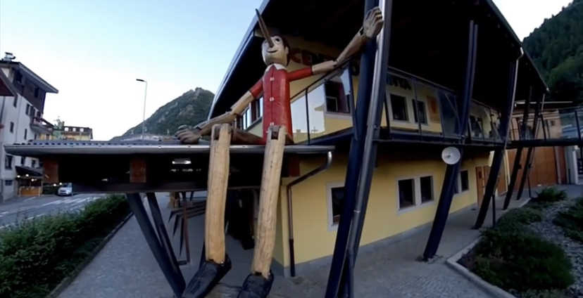 """Vernante e i suoi murales di Pinocchio e il Museo Attilio Mussino Sono presenti sulle facciate del centro storico di Vernante numerosi murales narranti le avventure di Pinocchio; realizzati da due pittori del luogo (Bruno Carletto detto """"Carlet"""" e Bartolomeo Cavallera, detto """"Meo"""")"""
